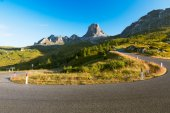 Bend at Passo Giau early morning, Dolomites, Alps, Italy — Stock Photo