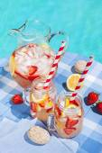 Лимонад клубники у бассейна — Стоковое фото