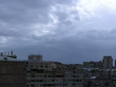 Sky with moving clouds over city buildings. Time lapse — Stock Video