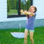 chica feliz está jugando bajo la lluvia — Foto de Stock   #52285897