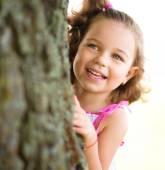 Menina bonitinha está brincando de esconde e esconde — Foto Stock