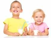 Cute little girl and boy are drinking milk — Foto de Stock