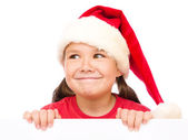 Liten flicka i santa hatt håller Tom styrelse — Stockfoto