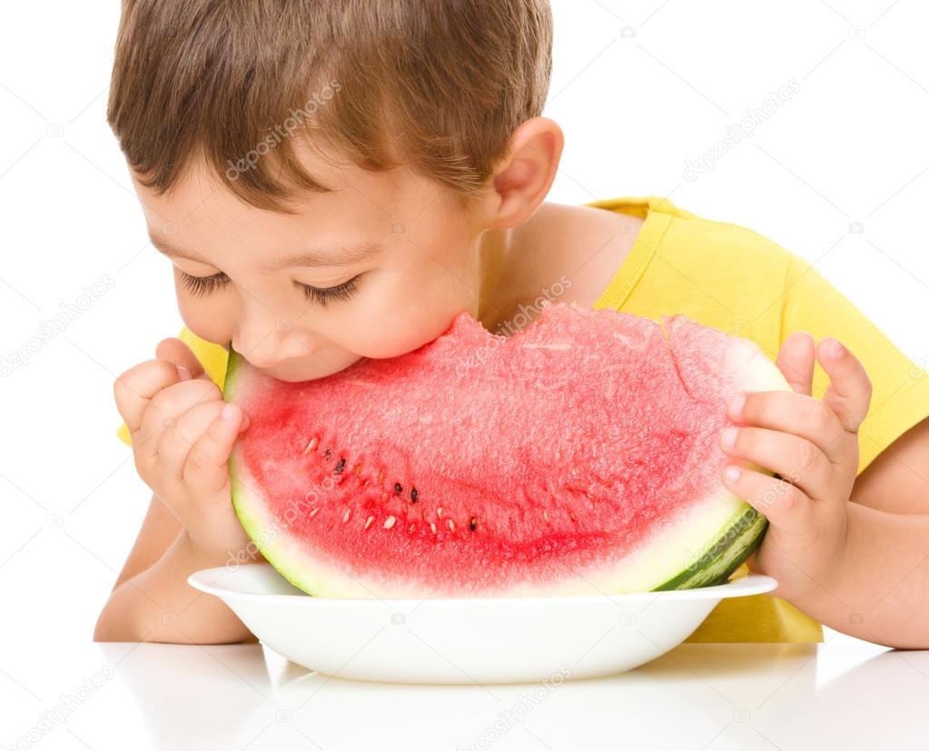 可爱的小男孩正在吃西瓜,孤立的白色– 图库图片