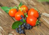 Tomates frescos en mesa de madera — Foto de Stock