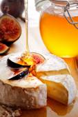 Brie Cheese with Figs and honey — Stockfoto