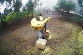 Traditional sulphur worker — Stock Photo