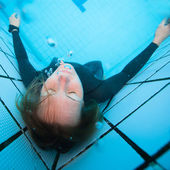 Female diver with eyes closed underwater in swimming pool — Photo