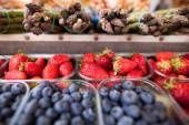 Strawberries, blueberries and asparagus — Stock Photo