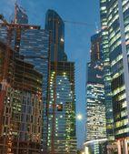 Edificios de oficinas por la noche — Foto de Stock