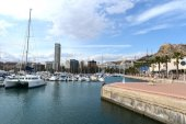 View of Alicante with yachts at sea. — Foto Stock