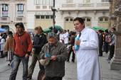 Students of medical faculty give classes to people on the street on healthy life style — Stock Photo