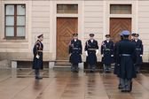 Changing of the guard of honor guards at the Presidential Palace in Prague Castle. — Stock Photo