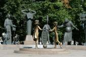 """""""Children - victims of adult vices"""" - sculptural composition M. M. Shemyakin in Moscow. — Stock Photo"""