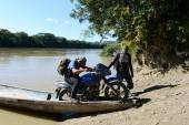 The locals on the river  Guayabero. — Stockfoto