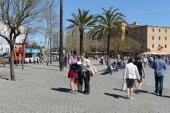 Barcelona. Tourists on a city street. — Stock Photo