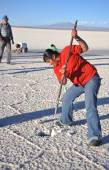 Bolivians mined salt crystals on the Uyuni salt flats — Stock Photo