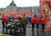 Matériel militaire historique sur la reconstruction de la parade sur la place rouge à Moscou. — Photo