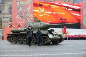T-34 tank on parade-reconstruction  on Red Square in Moscow. — Stock Photo