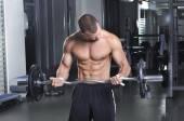 Красивый Мускулистые мужчины модель в положении стоя с совершенным телом упражнения на бицепс — Стоковое фото