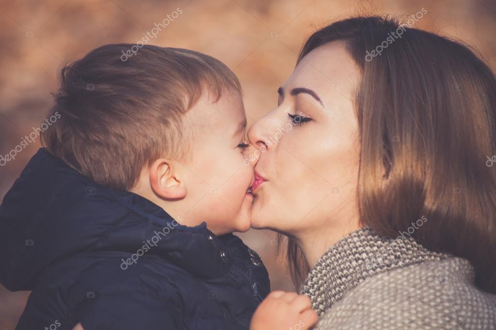 Красивый поцелуй мамы с сыном фото 203-394