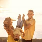 幸福美满的家庭上海滩日落 — 图库照片