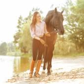 Mooie vrouw en paard — Stockfoto