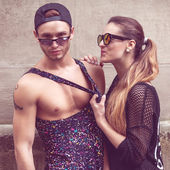 Sexy and fashionable couple wearing jeans, sunglasses. Vogue — Stock Photo