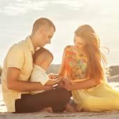 Sunset beach üzerinde mutlu güzel ailesi — Stok fotoğraf