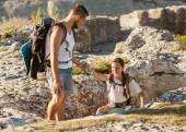 Travelling helps to get another tourist on mountain — Stock Photo