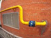 Stěny budovy s plynového potrubí a velké ventil — Stock fotografie