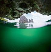 Vista subacquea della grotta — Foto Stock
