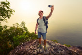 Hiker on the cliff — Stock Photo