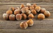 Hazel-nuts on wood — ストック写真