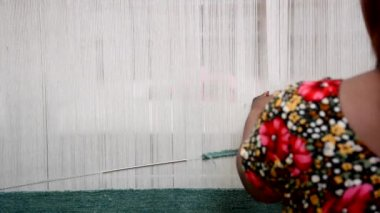 Woman weaving a rug — Vídeo stock