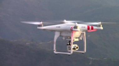 Drone dji fantasma 2 Vision Plus voando — Vídeo stock
