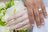 Bride and grooms hands with rings — Stock Photo