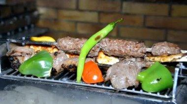 Oriental kebab meat on hot plate — Stock Video