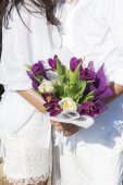 Newly married couple holding flowers — Stock Photo
