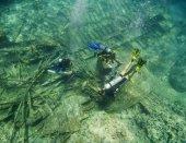 Scuba divers exploring an underwater wreck — Stock Photo
