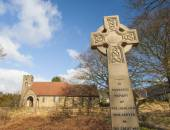 War memorial in front of english church — Stock Photo