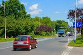 Urban scene, cars coming to a junction with traffic lights — Stock fotografie