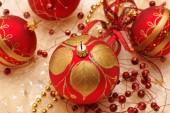 Украшения, красные рождественские безделушки — Стоковое фото