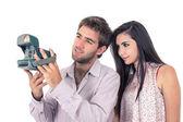 Roztomilý pár, fotografování s starý foťák — Stock fotografie