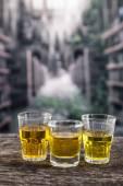 ウイスキー、ラム酒に似た黄色の liqour、テキーラ、精神ガラス ショット — ストック写真
