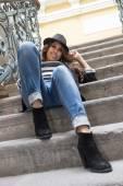 階段の上に座っている若い女性 — ストック写真