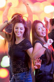 Two young girls dancing in a club — ストック写真