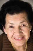 Портрет сладкий любящей бабушки счастливым — Стоковое фото