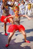 Artistas con trajes coloridos y elaborados participan en celebración de folklore más importante de Colombia, el carnaval de Barranquilla, Colombia — Foto de Stock