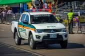 Coches de policía patrullaban las calles justo antes de la celebración de folklore más importante de Colombia, el carnaval de Barranquilla, Colombia — Foto de Stock